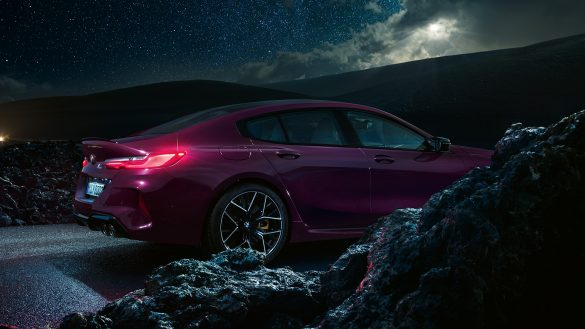 BMW 8er Gran Coupé M von rechts bei Nacht auf der Straße mit Felsen