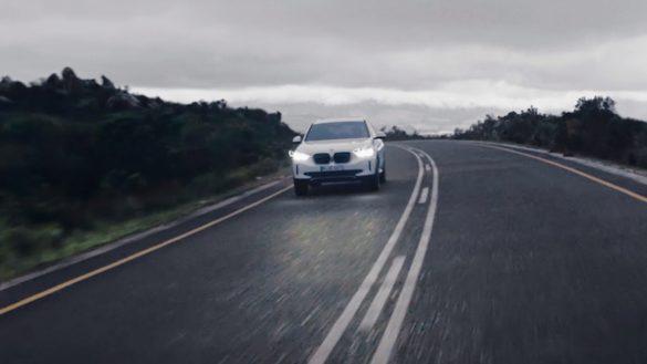 BMW iX3 von vorne fährt auf der Straße