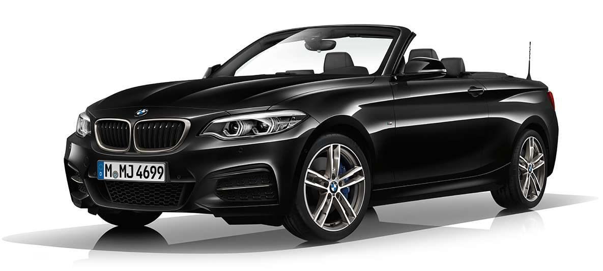 BMW M240i Cabrio von links vorne mit offenem Verdeck